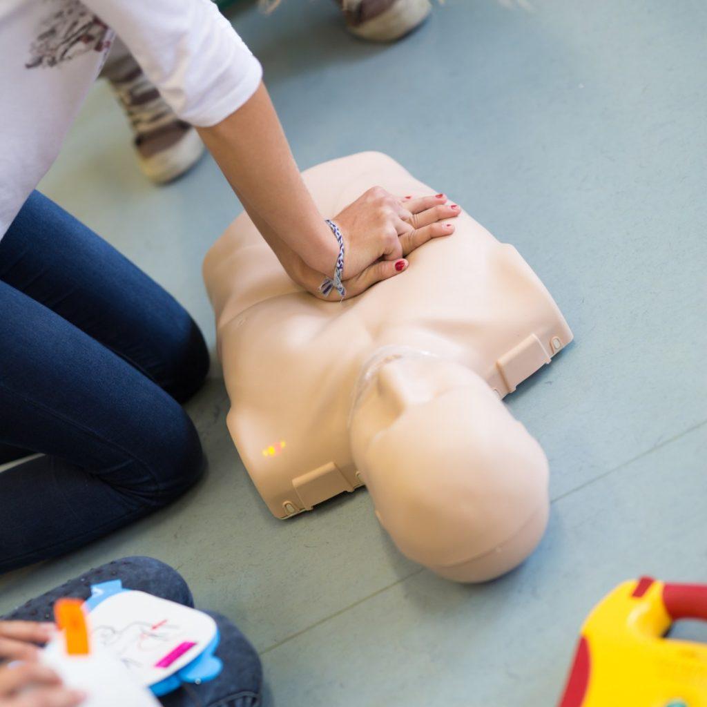 Massage cardiaque effectué sur un mannequin lors d'un recyclage